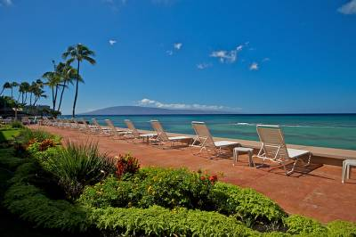 Makani Sands oceanfront lounge chairs