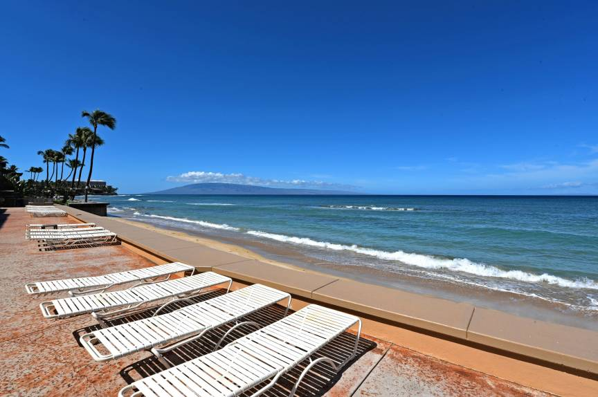 maui oceanfront resort lounge chairs