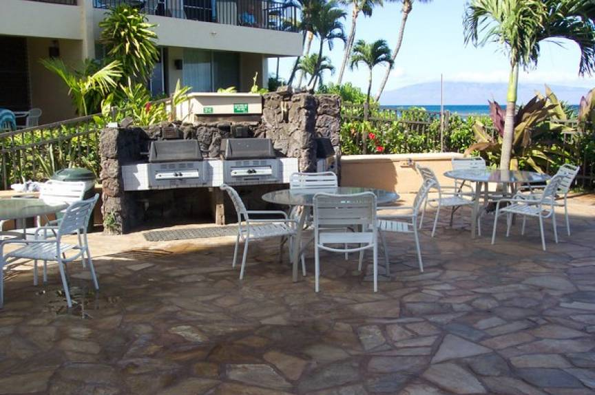 patio area at maui vacation rental resort